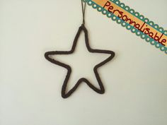 Voici une jolie décoration originale à suspendre ou à poser sur un meuble. C'est une étoile réalisée en laine qui tient en forme grâce à un fil de fer inséré à l'interri - 7580807