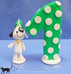 Topo de bolo Turma do Doki feito em biscuit. Base do Doki e da vela em acrílico e dos outros personagens em mdf revestido com massa de biscuit.