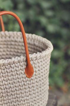 JEDNODUCHÝ NÁVOD NA HÁČKOVANÝ KOŠÍK - Tričkovlna Loom Knitting, Straw Bag, Diy And Crafts, Embroidery, Sewing, Crochet, Handmade, Bags, Clothing