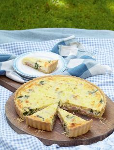 Great for lunch or for a party, this spinach, gruyère and ham quiche is so simple to make. Mary Berry uses tangy gruyère cheese to really lift the flavours. Picnic Menu, Picnic Foods, Picnic Recipes, Picnic Lunches, Picnic Ideas, Brunch Recipes, Bake Off Recipes, Cooking Recipes, Bbc Recipes