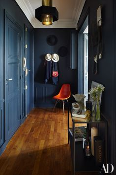 DSW Eames chair - Charles and Ray Eames - Vitra - Paris apartment - Dark blue walls in hallway Paris Apartment Interiors, Apartment Entryway, Paris Apartments, Apartment Living, Apartment Ideas, Dark Blue Hallway, Dark Blue Walls, Small Floor Plans, Blue Rooms