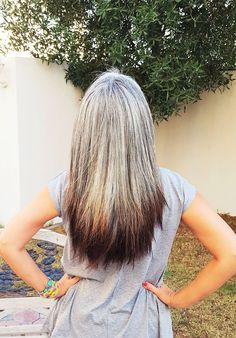 Elvy Z, two years without hair dye! Elvy Z, deux ans sans teinture pour les cheveux! Grey Hair Don't Care, Long Gray Hair, Silver Grey Hair, Grey Hair Inspiration, Curly Hair Styles, Natural Hair Styles, Transition To Gray Hair, Corte Y Color, Hair Today