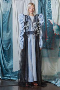 HAIZHENWANG Spring Summer 2018 Womenswear Collection Designer Haizhen Wang presented HAIZHENWANG's Spring Summer 2018 collection, inspired by an idea of the 'human mistake', during London Fashion Week. Quirky Fashion, Love Fashion, Fashion Art, High Fashion, Womens Fashion, Fashion Tips, Fashion Design, Fashion Weeks, Couture Fashion