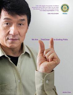 Jackie Chan com o braço flutuando