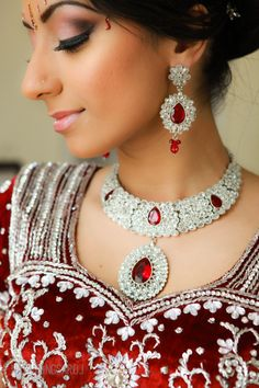 red indian wedding bridal jewelry by Indian Wedding Jewelry, Indian Jewelry, Bridal Jewelry, Indian Weddings, Moda India, Jewelry Sets, Jewelry Accessories, Wedding Accessories, Jewelry Stores
