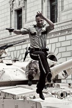 The Walking Dead. Inicio primera temporada. Rick Grimes huye entre los escombros de una desolada Atlanta.