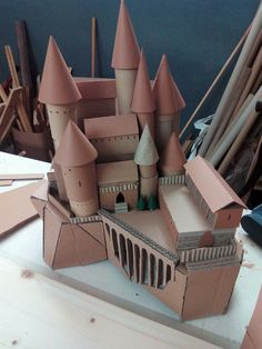 Cardboard Hogwarts Castle by Marta Boza Harry Potter Château, Magie Harry Potter, Harry Potter Castle, Harry Potter Halloween, Harry Potter Birthday, Harry Potter Bricolage, Harry Potter Christmas Decorations, Imprimibles Harry Potter, Castle Crafts