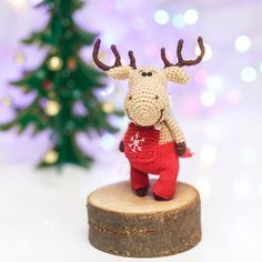 Amigurumi New Year Reindeer- Free Pattern - Amigurumi Free Patterns Crochet Christmas Decorations, Crochet Decoration, Holiday Crochet, Christmas Knitting, Christmas Crafts, Christmas Ornaments, Christmas Deer, Reno, Merry Christmas And Happy New Year