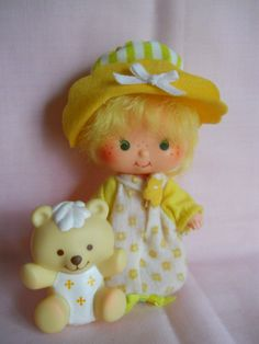 Look at little Jelly Bear! Bet ya Butter Cookie's there! 90s Childhood, My Childhood Memories, 80s Kids, Kids Toys, Jelly Bears, Vintage Strawberry Shortcake, Holly Hobbie, Strawberry Fields, Cartoon Pics