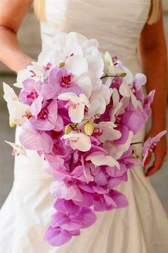 Buquê de noiva em cascata de orquídeas. Foto: Red Ruby.