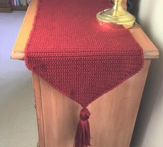 FREE CROCHET PATTERN and VIDEO tutorial for an easy, unique crochet table runner for bedroom dresser and nightstand. Perfect for crochet housewarming gift! Crochet Cross, Crochet Geek, Crochet Home, Crochet Yarn, Free Crochet, Crochet Table Topper, Crochet Table Mat, Crochet Table Runner Pattern, Runners Outfit