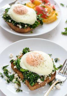 BRUSCHETTA PROTEICA - Una buena tostada, kale (col rizada), queso feta algo desmenuzado y un apetitoso huevo poché encima, sal y pimienta ... deliciosa para un desayuno o un brunch ... báhhh, para cualquier momento !!!
