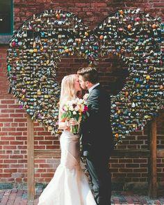 Um coração de cadeados para simbolizar o amor eterno.  Decor linda que vi no @casamentocriativo das minhas amadinhas Aline e Amanda. ---------------------------------------------- . #bride #bridetobe #bridetobride #inspiracao #decor #dcoração #love #amor #cadeado #amoreterno #parasempre #forever #wedding #casamento #casório #borntobeabride #b2bb by borntobeabride