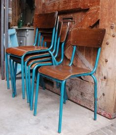 Oude stoelen met leuke kleur poten