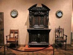 Chateau-Ecouen- Antichambre de Madeleine de Savoie. L'armoire de Clairvaux est encadrée de 2 Chaises à bras. Sur le mur sont accrochées plusieurs majoliques encadrées selon  une habitude attestée en France au moins au 17°s. 3 majoliques: