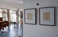 caricaturas de alexander calder no interior da casa de vidro, projeto de lina bo bardi, 1951