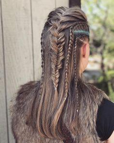 20 hair looks inspired by Vikings Lagertha; looks Looks de cabello inspirados en Lagertha de Vikingos; luce ruda y femenina con trenzas de guerrera 20 hair looks inspired by Vikings Lagertha; looks rude and feminine with warrior braids - Pigtail Hairstyles, Chic Hairstyles, Straight Hairstyles, Braided Hairstyles, Viking Hairstyles, Bohemian Hairstyles, Fast Hairstyles, Prom Hairstyles, Vikings Hair