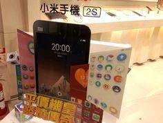 先週滞在した台湾で「小米(シャオミー)」と呼ばれるスマートフォンがバカ売れしていた。ショップで触らせてもらったところ、外見もインターフェースもiPhoneそっくりという印象だが、通信キャリアと契約をしていないシムフリー機の価格がアイフォンの半分以下というのが売りだ。中国では先行メーカーのHTCや華為(HOAWEI)の出荷台数を抜き去って、アップルやサムソンに迫ろうかという勢いだ。台湾をはじめアジアにも進出を始めており、スマホ業界の台風の目になっている。