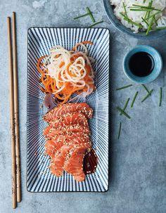 Lyxigt, snabbt och underbart gott – sashimi på salmalax med sötsyrliga rotfruktsstrimlor