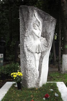 Grave of the great Russian ballerina, Galina Ulanova at Novodevichy Cemetery (Moscow, Russia). (by Retlaw Snellac)