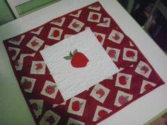 Toalha para Fogão com aplique de Maçã. Quiltada e forrada com tecido de algodão. 55x55cm. R$ 45,00