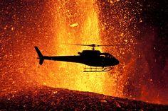 Bilden är tagen under ett vulkanutbrott på Island där den svävande helikoptern verkligen ser ut att... http://blish.se/814f4f9519