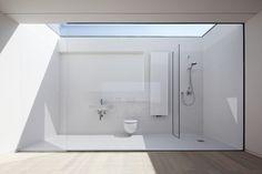 あまりに開放的過ぎる天窓付きのバスルーム | 住宅デザイン