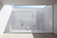天窓付きで壁も全面ガラス張りの超開放的なバスルーム