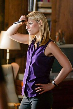 (Claire Danes) - Carrie Mathison in Homeland Carrie Mathison, Mommy Hairstyles, Spy Shows, Strong Female Characters, Best Series, Tv Series, Film Life, Claire Danes, Celebrity Style Inspiration