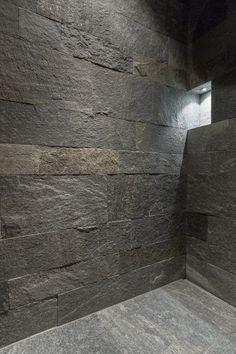 Bei der Dusche im Badezimmer wurde der Boden und die Wände aus Hellas Quarzit, bruchroh verarbeitet.