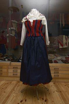 One version of Lappträsk's folk costume. Folk Costume, Costumes, Traditional Outfits, Handicraft, Finland, Folk Art, Scandinavian, Education, Clothes