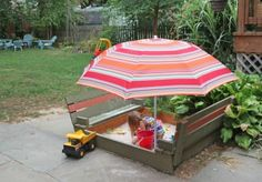 Diy sandbox with lid & benches Sandbox With Lid, Build A Sandbox, Kids Sandbox, Sandbox Diy, Sandbox Ideas, Sandbox Cover, Wooden Pallet Projects, Wooden Pallets, Outdoor Projects
