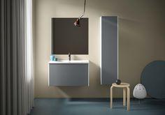 Form 80 cm med hvite sider og grå front. Air porselensservant og speil med skjult oppheng. Bathroom Lighting, Sink, Mirror, Furniture, Home Decor, Lily, Dresser, Bathroom Light Fittings, Sink Tops