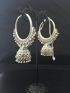 Pinterest • @KrutiChevli. . Shop this on whatsApp 9512533022 Indian Jewelry Earrings, Jewelry Design Earrings, Gold Earrings Designs, Hand Jewelry, Jewelery, Silver Jewelry, Gold Jewellery, Silver Rings, Stylish Jewelry