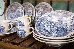 As louças da coleção Cena Inglesa, da Biona, exibem uma carruagem em meio à antigas casas da Inglaterra.