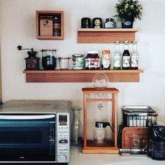 キッチンもシンデレラフィットすると嬉しいスペースです。横一列に瓶類が整然と並んでいるのは、【無印良品】の「壁に取り付けられる棚」。いつも使う物もおしゃれにディスプレイできますね♪