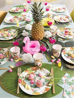 Tendance déco Sweet Tropical table de fêtes pour le printemps ambiance tropicool palmier fleur et flamand rose #tropicool #tabledeprintemps #decoprintemps #decofleurie