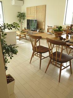 壁にナチュラル色のウッドパネル、ドアがチェリー色の内装に合わせて、ツートンスタイルの家具を提案   家具なび ~きっと家具から始まる家づくり~
