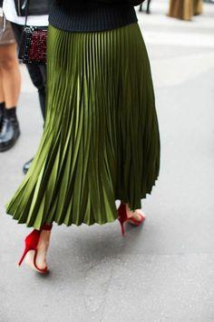jupe longue plissée vert, talons rouges, blouse noire femme avec jupe verte