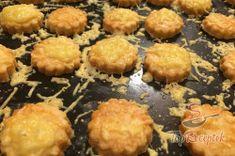 Fantasztikus sajtos pogácsa, akár chips vagy sós pálcika helyett. Tökéletes falatkák filmnézéshez!   TopReceptek.hu Muffin, Chips, Breakfast, Food, Morning Coffee, Potato Chip, Essen, Muffins, Meals