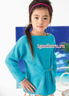 Для девочки 4-8 лет. Бирюзовый пуловер с декоративной пуговицей. Вязание спицами
