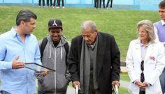 El dirigente del Cristal Carlos Benavidez le entregó una placa recordatoria.