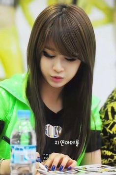 Park Jiyeon: I like her eye makeup and hair.