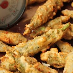 I love pickled okra and what isn& better when it& deep fried. Here& a great appetizer recipe from Paula Deen. Fried Pickled Okra I. Veggie Dishes, Vegetable Recipes, Side Dishes, Main Dishes, Great Appetizers, Appetizer Recipes, Holiday Appetizers, Recipes Dinner, Dinner Ideas