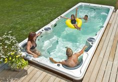 The swimming spa is aware of increasingly more success in France. Discover out why the swim spa is a worthy successor to the pool and the proper compromise between pool and spa! Pool Spa, Spa Jacuzzi, Jacuzzi Outdoor, Swimming Spa, Outdoor Spa, Hot Tub Backyard, Small Backyard Pools, Small Pools, Backyard Patio