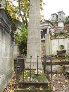 Tumba de Champolion, traductor de los jeroglíficos egipcios.Cementerio de Père-Lachaise en París.