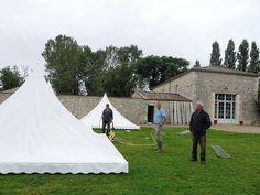 Installation des trois tentes pagodes dans le parc