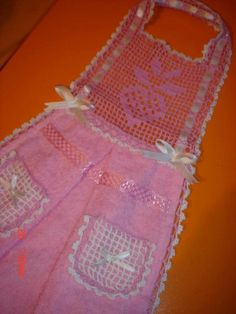 Filet Crochet, Baby Booties, Craft Items, Kitchen Towels, Apron, Sewing Projects, Crochet Patterns, Baby Shower, Knitting
