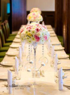 Dekoracja sali weselnej kompozycje kwiatowe wiszące kule z świeczkami
