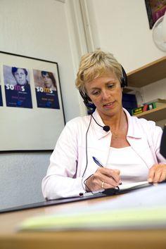 Een vrijwilligster aan het werk, rond het jaar 2000. Ze neemt de telefoon dan nog op met 'SOS Telefonische Hulpdienst'. Het vrijwilligerswerk zoals de Telefonische Hulpdient dit vorm geeft, is een inspiratiebron voor bijvoorbeeld Slachtofferhulp. Door goede selectie, opleiding en begeleiding, blijken gewone mensen een professionele en waardevolle bijdrage te leveren in emotionele hulp.